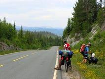 Guida del ciclista della bici di montagna in salita Fotografia Stock