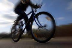 Guida del ciclista sul mountain bike nella prospettiva e deliberatamente nel moto drammatici della siluetta vago fotografia stock