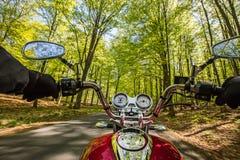 Guida del driver di motociclo nella foresta di primavera fotografia stock libera da diritti