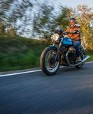 Guida del driver di motociclo in strada principale alpina, Nockalmstrasse, Austria, Europa fotografia stock