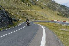 Guida del driver sul motociclo sulla strada di bobina dell'alta montagna di Transfagarasan Immagine Stock Libera da Diritti