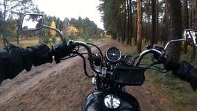 Guida del motociclista attraverso il legno sul movimento lento del selettore rotante video d archivio