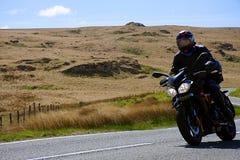 Guida del motociclista sulla strada rurale fotografie stock libere da diritti