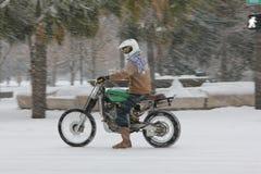 Guida del motociclo della bufera di neve in un re Street giù Fotografie Stock Libere da Diritti
