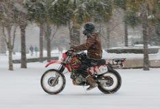 Guida del motociclo della bufera di neve in un re Street giù Fotografia Stock Libera da Diritti