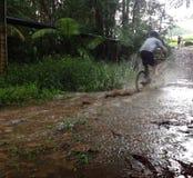 Guida del mountain bike attraverso l'acqua Immagini Stock Libere da Diritti