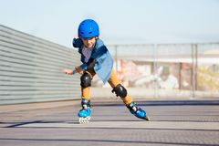 Guida del ragazzo sui pattini di rullo al parco all'aperto del pattino immagini stock libere da diritti