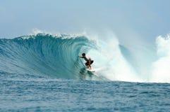 Guida del surfista nel barilotto sull'onda perfetta Immagine Stock Libera da Diritti