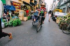 Guida del taxi della bici in Rangoon immagini stock