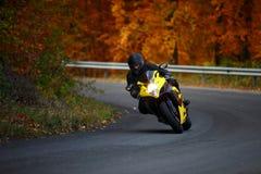 Guida dell'uomo con lo speedbike in autunno Fotografie Stock
