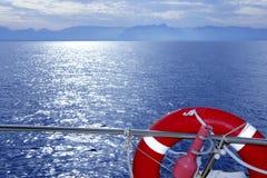 Guida della barca con il mare arancione rotondo dell'azzurro della salvavita Immagini Stock Libere da Diritti