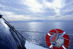 Guida della barca con il mare arancione rotondo dell'azzurro della salvavita Immagine Stock Libera da Diritti