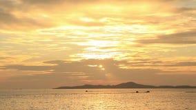guida della barca e del jet ski di banana sul mare al tramonto dorato video d archivio