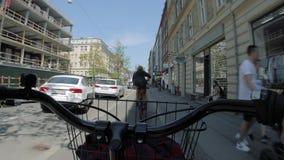 Guida della bici POV archivi video