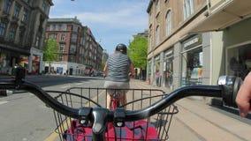 Guida della bici POV video d archivio