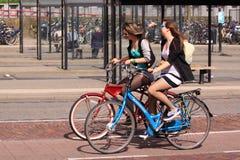 Guida della bicicletta della città nella via Fotografia Stock