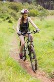 Guida della donna la sua bici Fotografia Stock Libera da Diritti