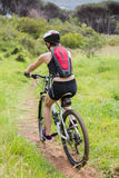 Guida della donna la sua bici Immagini Stock