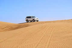 Guida della duna nel deserto arabo Fotografie Stock