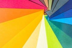 Guida della gamma di colori di colore La carta strutturata colorata prova il catalogo del campione Colori luminosi e succosi dell fotografie stock