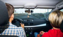 Guida della moglie e del marito nel silenzio l'automobile all'alta velocità Fotografie Stock
