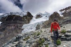 Guida della montagna in una camicia rossa che discende da un'alta sommità nelle Ande nel Perù Fotografie Stock Libere da Diritti