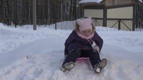 Guida della ragazza del ritratto sulla collina della neve durante la vacanza di inverno Vacanza di natale archivi video