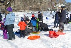 Guida della slitta dei bambini nella neve Immagine Stock Libera da Diritti