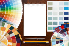 Guida della tavolozza di colore sui precedenti e sul blocco note di legno fotografie stock libere da diritti