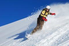 Guida dello snowboarder della giovane signora immagini stock