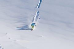 Guida dello Snowboarder giù sulla neve backcountry fresca Fotografia Stock