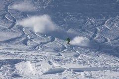 Guida dello Snowboarder nella polvere Fotografia Stock Libera da Diritti