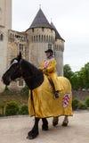 Guida di Horseback medioevale della donna Immagini Stock