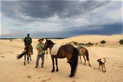 Guida di Horseback nel deserto Fotografia Stock Libera da Diritti