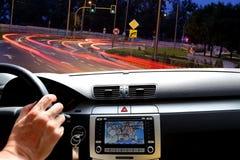 Guida di notte nel traffico della via con il programma dei gps Fotografie Stock Libere da Diritti