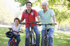 Guida di prima generazione della bici del nipote e del figlio Fotografie Stock Libere da Diritti
