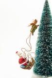 Guida di Santa sulla slitta lungo l'albero di Natale fotografia stock libera da diritti