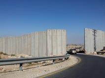 Guida di veicoli al portone in parete all'autorità palestinese occupata Fotografia Stock Libera da Diritti