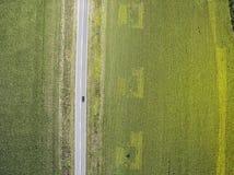 Guida di veicoli attraverso i campi agricoli Immagini Stock Libere da Diritti