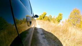 Guida di veicoli attraverso la campagna La macchina fotografica è giusto esterno stock footage