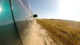 Guida di veicoli attraverso la campagna La macchina fotografica è giusto esterno video d archivio