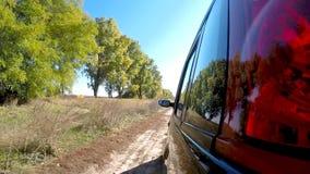 Guida di veicoli attraverso la campagna La macchina fotografica è lasciata fuori stock footage