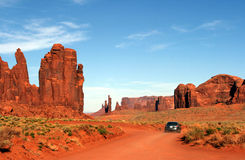 Guida di veicoli attraverso la valle Arizona/Utah del monumento Immagini Stock