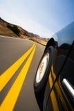 Guida di veicoli attraverso le montagne Immagine Stock