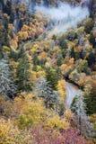 Guida di veicoli attraverso le montagne fumose Fotografie Stock Libere da Diritti