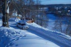 Guida di veicoli bianca sulla strada nevosa Fotografia Stock Libera da Diritti