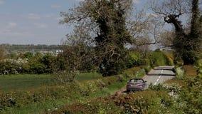 Guida di veicoli convertibile attraverso la campagna video d archivio