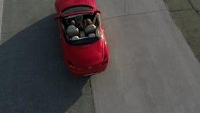 Guida di veicoli convertibile rossa avanti aereo video d archivio