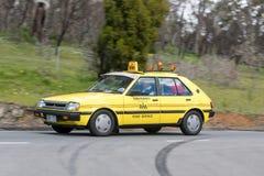 Guida di veicoli d'annata sulle strade campestri immagine stock