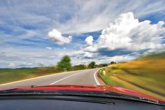 Guida di veicoli di velocità nella curva sull'autostrada senza pedaggio della natura Fotografie Stock